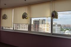 Установленные на балконе рулонные жалюзи Black Out