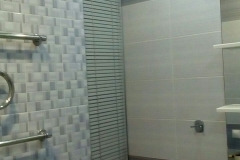 Горизонтальные жалюзи украсили ванную комнату